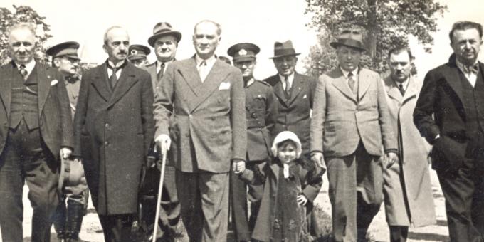 Yer ve tarihleriyle az bilinen Atatürk resimleri